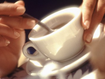 Ar kofeinas tikrai kenksmingas bandančioms pastoti moterims?