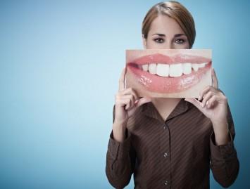 12 įpročių, kurie gadina dantis