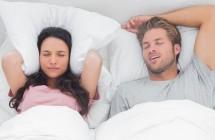 Triukšmo mašina naktį – knarkimas, jo priežastys ir knarkimo gydymas