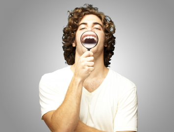Kreivos šypsenos priežastis – siauras žandikaulis ir dideli dantys