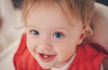 Iš kokių požymių galima atpažinti, kad mažyliui dygsta dantys?
