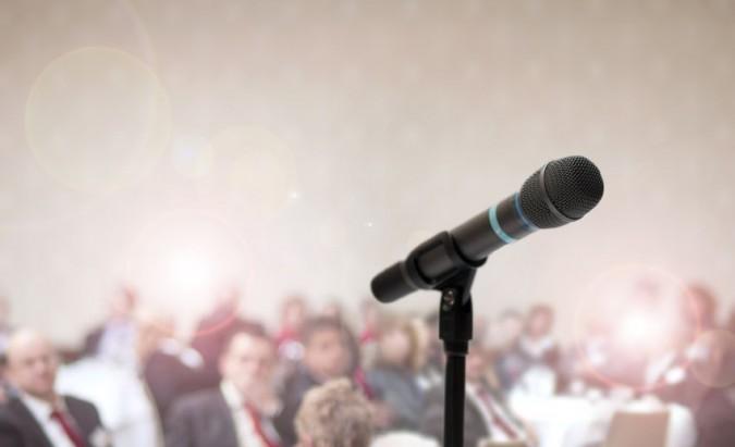 Bijote kalbėti viešai? Tiesiog liaukitės kovoti su savo kūnu