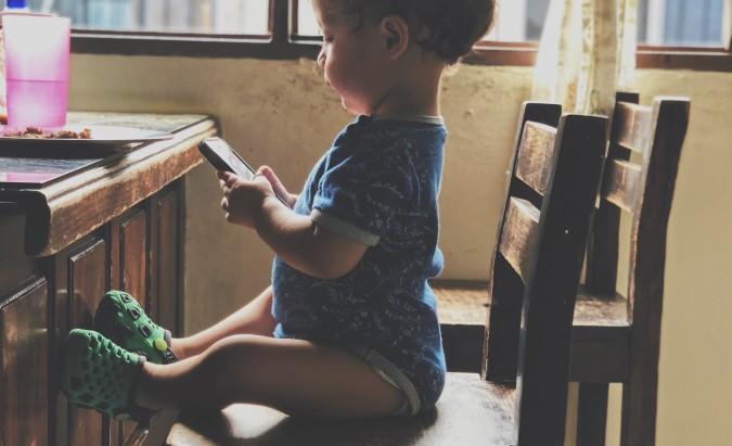 Vaikai ir ekranai – neatsiejamas, bet kartu ir pavojingas duetas