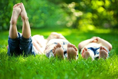 3 priežastys vasarą pasivaikščioti basomis