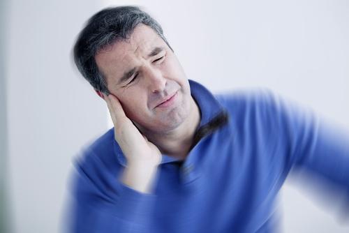 skausmas už ausies su hipertenzija)